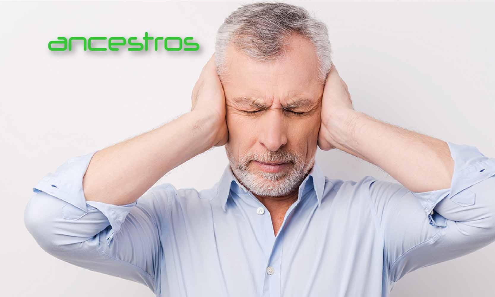 El estrés en el adulto mayor - Hombre muy estresado tapándose los oídos